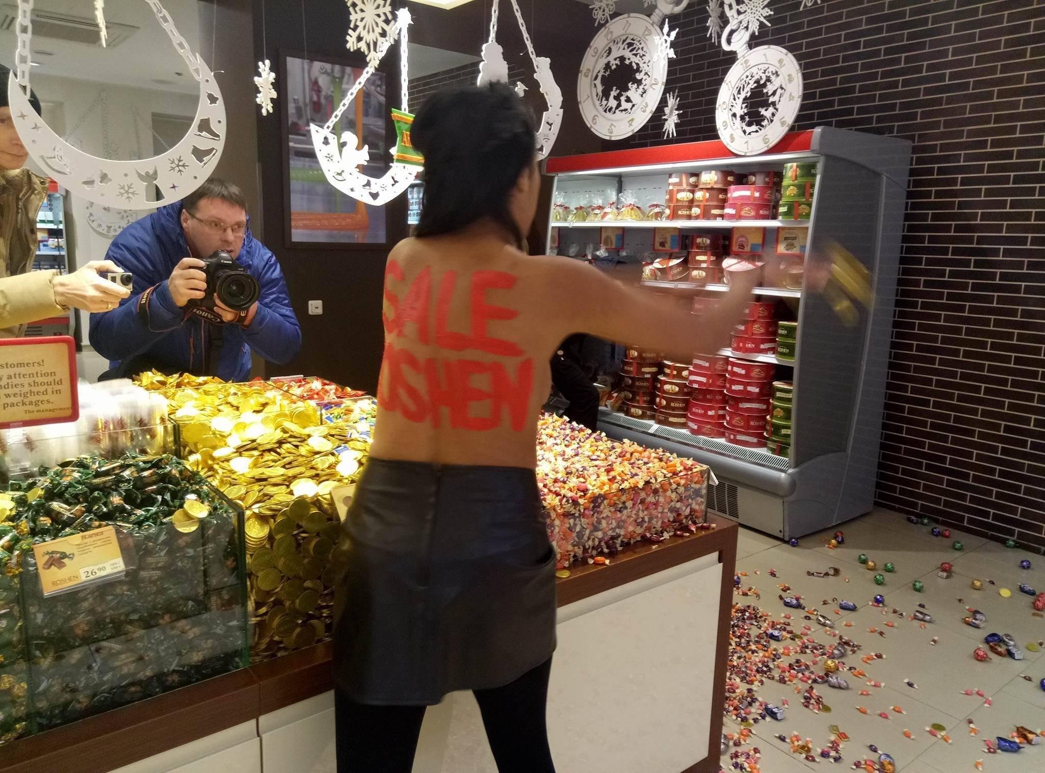 Активистка Femen устроила погром вмагазине Рошен