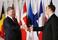 Президент Украины Петр Порошенко пожимает руку премьер-министру Эстонии Юрию Ратасу