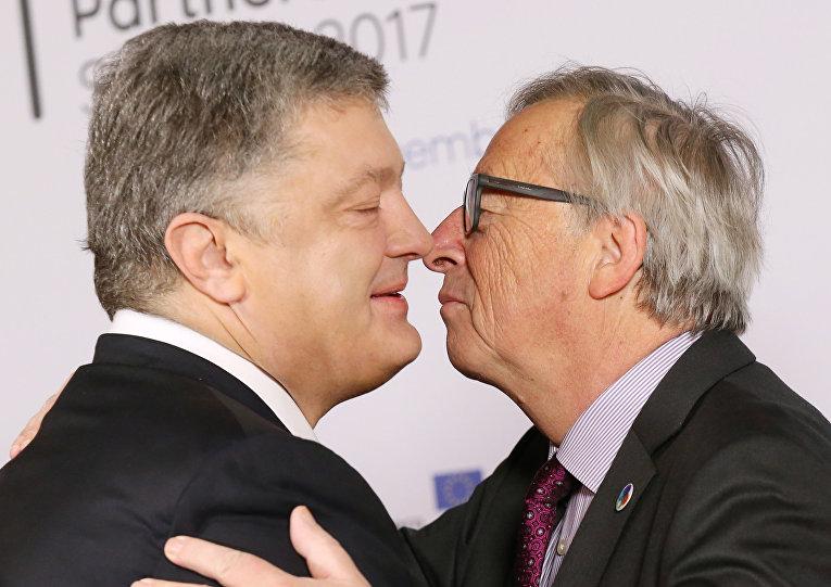 Президент Украины Петр Порошенко  приветствует президент Европейской комиссии Жан-Клод Юнкер во время саммита ЕС «Восточное партнерство» с шестью восточными странами-партнерами на Европейском совете в Брюсселе 24 ноября 2017 года