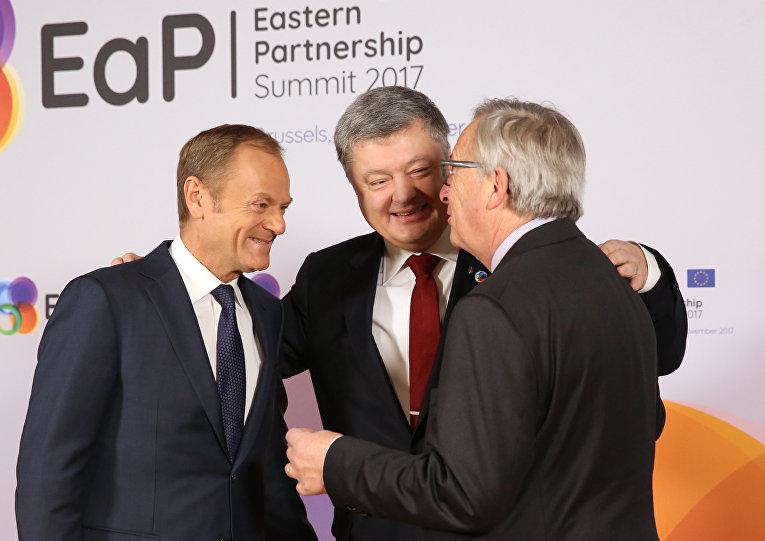 Президент Украины Петр Порошенко, президент Европейского совета Дональд Туск и президент Европейского парламента Жан-Клод Юнкер выступают на саммите ЕС «Восточное партнерство» с шестью восточными странами-партнерами на Европейском совете в Брюсселе 24 ноября 2017 года