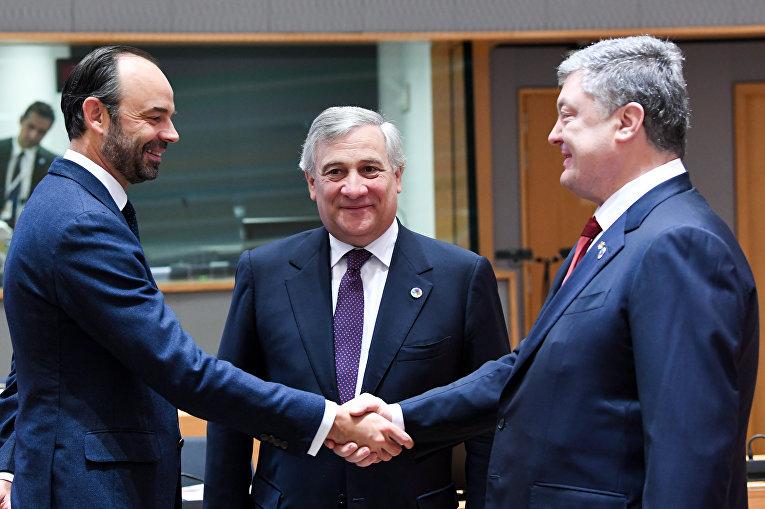 Премьер-министр Франции Эдуард Филипп стоит рядом с президентом Европейского парламента Антонио Таяни, когда он пожимает руку президенту Украины Петру Порошенко во время встречи на саммите ЕС «Восточное партнерство» с шестью восточными странами-партнерами на Европейском совете в Брюсселе 24 ноября, 2017