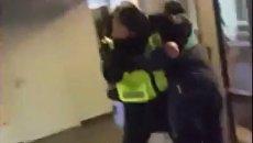 Подростки избивают полицейского в Риге