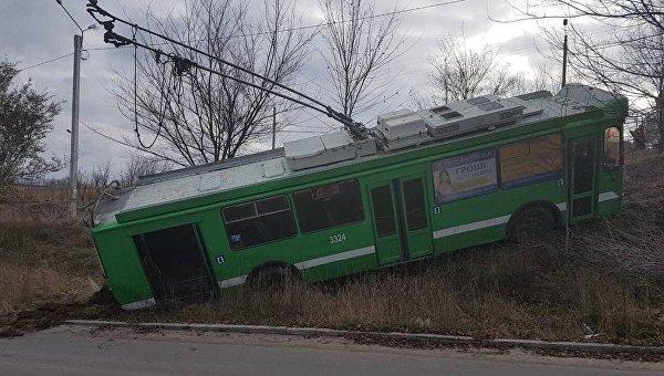 В Харькове троллейбус вылетел в кювет