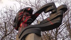 Памятник Максиму Горькому в Черкассах облили краской