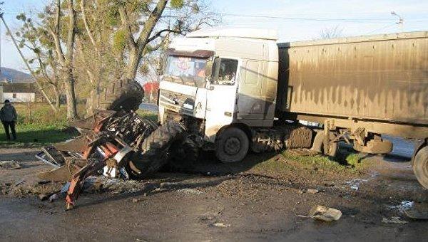 Во Львовской области грузовик на скорости влетел в трактор