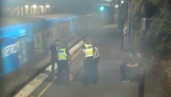 Спасение австралийки из-под колес прибывающего поезда попало на видео. Видео