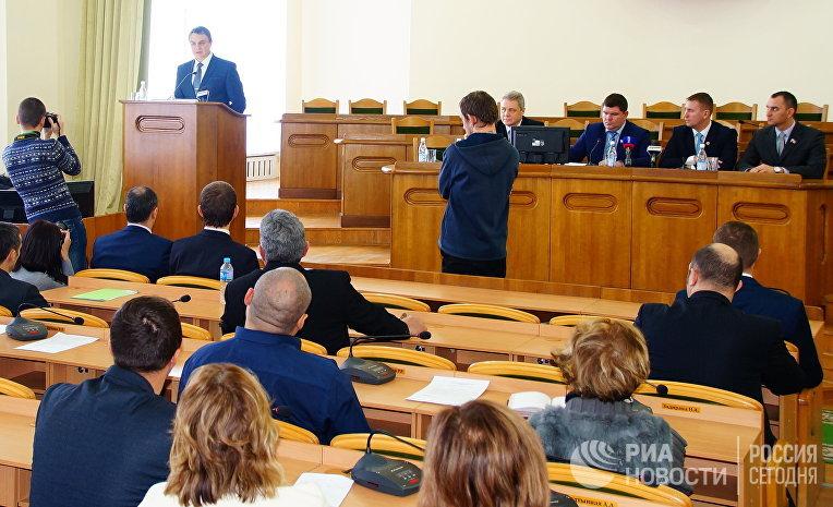 Временно исполняющий обязанности главы Луганской Народной Республики Леонид Пасечник выступает на заседании Народного совета ЛНР в Луганске