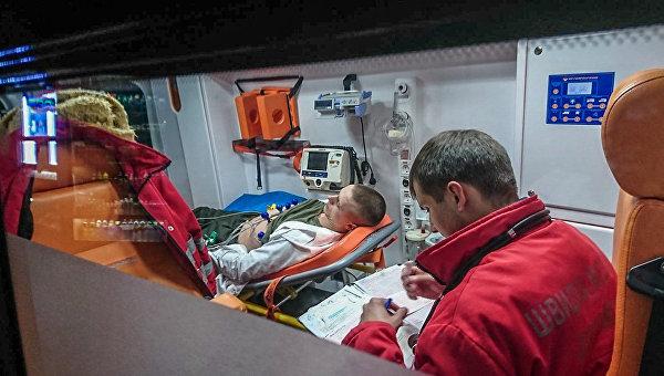 Солдат почетного караула потерял сознание уМемориала жертв Голодомора из-за фуражки