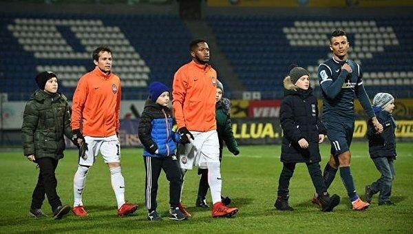 Футболисты Шахтера с детьми