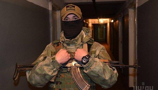 Украинский военнослужащий в зоне проведения АТО в Донецкой области, ноябрь 2017