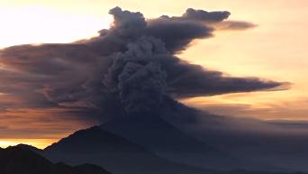 Извержение вулкана на Бали. Видео