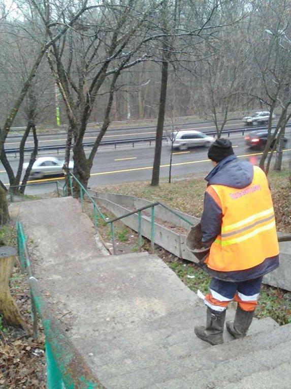 Сотрудники коммунального предприятияКиевавтодор обрабатывают тротуары и улицы противогололедными материалами