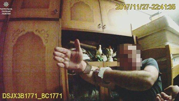 Во Львове мужчина убил собаку, избил жену и едва не зарезал полицейского