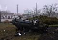 В Николаеве авто влетело в столб и с переворотом приземлилось на клумбе. Видео