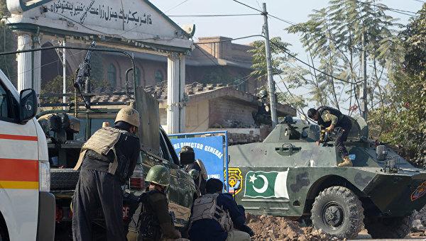 Боевики обстреляли университет в Пакистане