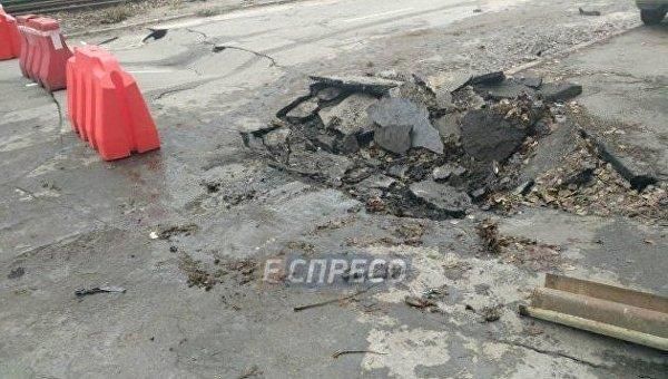 В Святошинском районе Киева на дороге просело асфальтовое покрытие