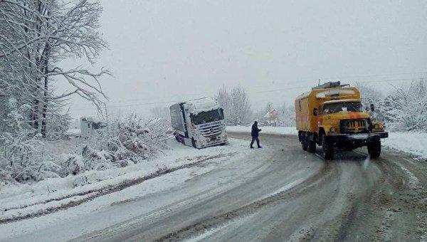 На западе Украины ГСЧС ограничила движения транспорта из-за снегопадов