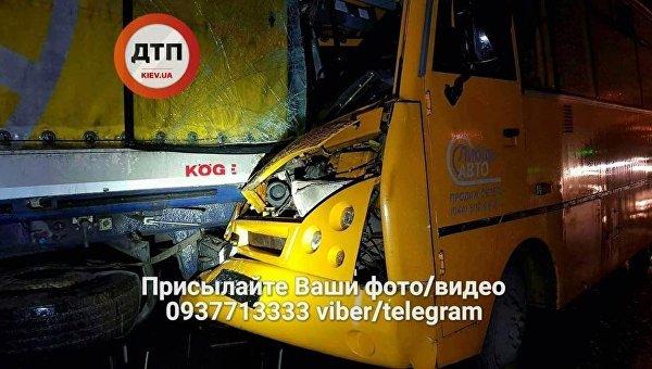 Маршрутка с пассажирами на полной скорости влетела в грузовик в Киеве