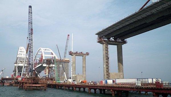 ВКрыму наКерченском мосту строители приступают кобустройству автодорожной части