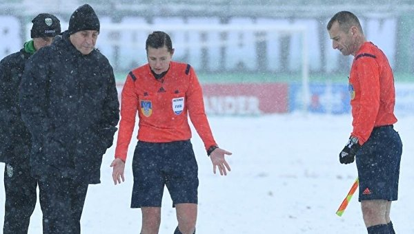 Матч Карпаты - Олимпик прервали из-за снегопада
