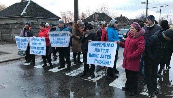 В Черкассах школьники и их родители перекрыли дорогу