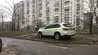 В Киеве BMW X5 разрисовали зеленой краской
