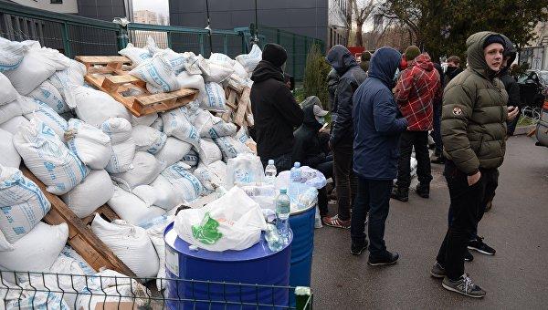 Активисты приступили кразбору баррикад около украинского канала NewsOne