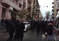 Толпа зевак и десятки полицейских под домом Саакашвили. Видео