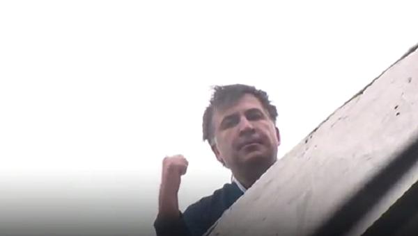 Саакашвили на крыше дома
