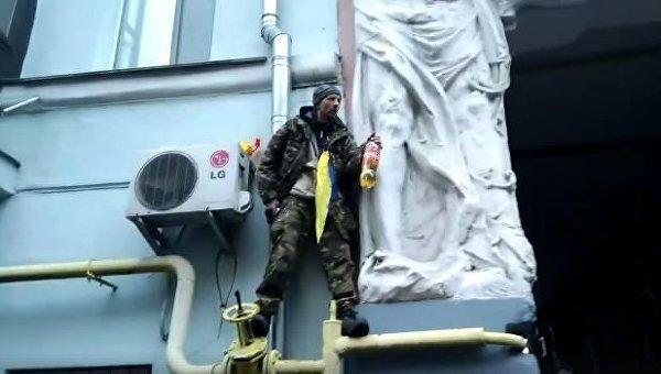 Мужчина возле дома Саакашвили облился бензином и открыл стрельбу