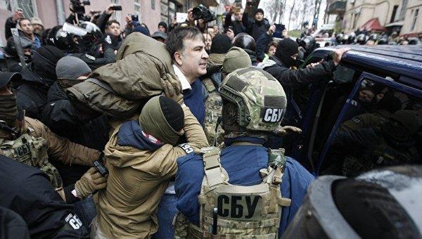 Правоохранители вывели бывшего председателя Одесской облгосадминистрации, лидера Движения новых сил Михаила Саакашвили из дома и сажают в автомобиль, в Киеве, 5 декабря 2017 г