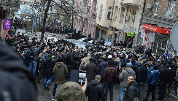 Активисты около дома, где проводилось задержание бывшего председателя Одесской облгосадминистрации, лидера Движения новых сил Михеила Саакашвили в Киеве, 5 декабря 2017 года