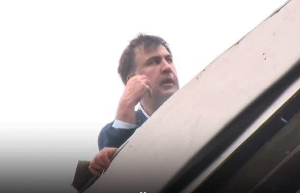 Михаил Саакашвили вылез на крышу дома из-за обыска в его квартире