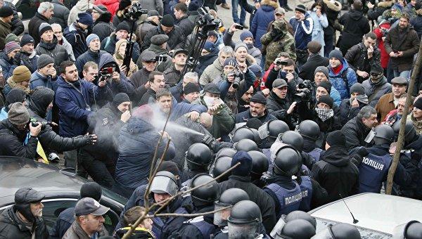 Стычки около дома, где проводилось задержание Михаила Саакашвили. Полиция применила газ