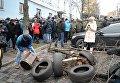 Сторонники Саакашвили строят баррикады в центре Киева: в ход идут урны и ветви деревьев