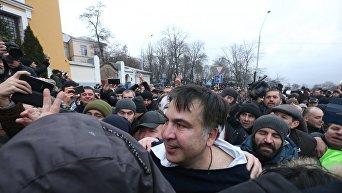 Освобожденный из авто силовиков Михаил Саакашвили