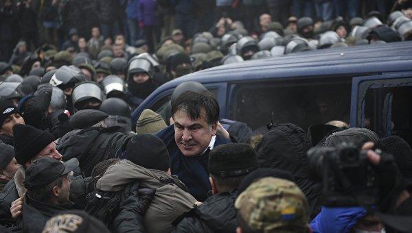 Сторонники Саакашвили освободили его из автомобиля в котором он находился