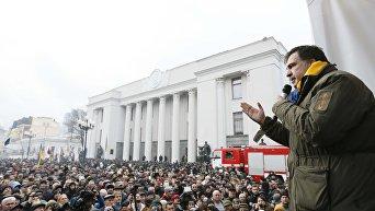Михаил Саакашвили обращается к своим сторонникам со сцены около здания Верховной Рады Украины