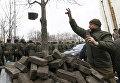 Сторонники Саакашвили строят баррикады в центре Киева: в ход идут урны, ветви деревьев и брусчатка