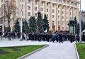 Сотни бывших милиционеров перекрыли улицу в Харькове