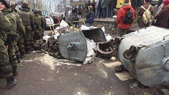 Остатки баррикад, выломанная брусчатка и разбитое авто силовиков. Последствия освобождения Саакашвили в центре Киева