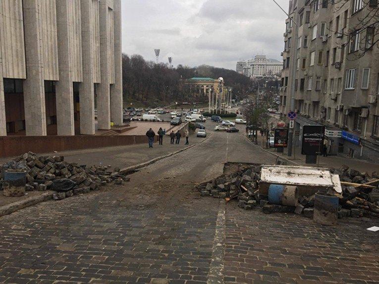 Поврежденная брусчатка на улице Трехсвятительской