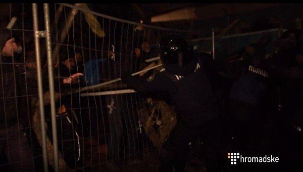 Стычка полиции и сторонников Саакашвили возле Рады