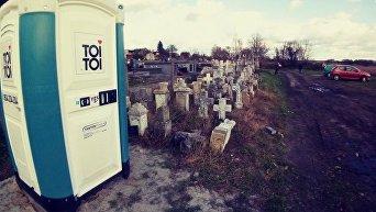 Туалет на территории кладбища