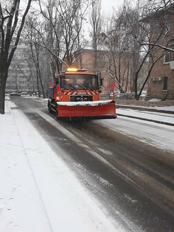 Уборка снега на улицах Киева