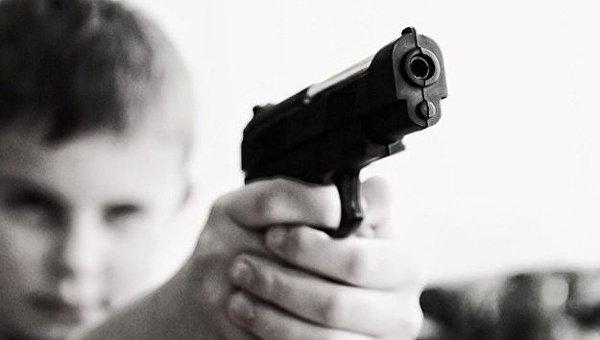 Ребенок с пистолетом