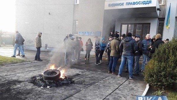 Под судом в Черкассах зажгли шины из-за срыва отопсезона в Смеле