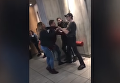 Удар головой. На видео попала драка сотрудника McDonald's с посетителем. Видео
