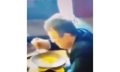Появилось видео, как человек, похожий на Геращенко, вылизывает тарелку. Видео