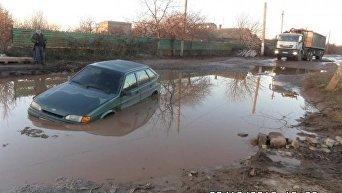 В Одесской области посреди дороги утонул автомобиль
